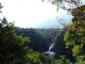 海に注ぐトローキの滝